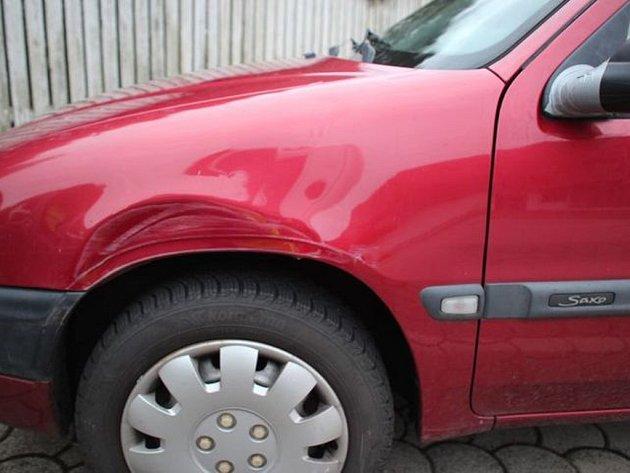 Auto naboural zatím neznámý řidič.