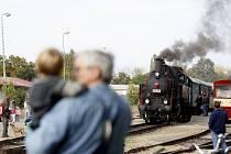 Milovníci železnice si v sobotu připomenuli začátek provozu trati z Heřmanova Městce přes Chrudim město, Hrochův Týnec a Holice, odkud je náš snímek, do Borohrádku.