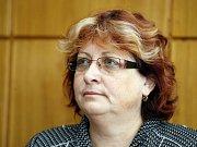 Studenti Gymnázia Dašická za svou ředitelku protestovali před krajským úřadem. Radní Pernicová mezi ně nepřišla. Nechala se lživě zapřít.