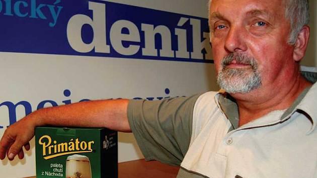 Sympatický Josef Hrstka si v naší redakci převzal cenu - balení piva.