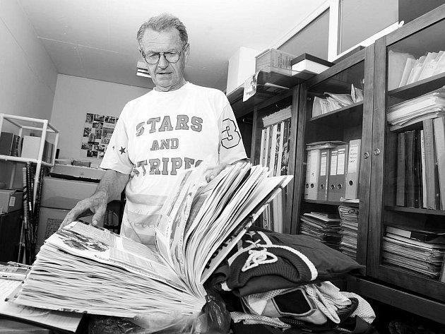 HOKEJ je pro Milana Černického vášeň. Pečlivě si hlídá vše, co se týká pardubického hokeje, o kterém už napsal i dvě velmi obsáhlé knihy. Vlastní i poklady jako historické dresy nebo jedny z prvních bruslí.