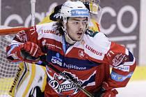 Hokejové utkání Tipsport extraligy v ledním hokeji mezi HC Dynamo Pardubice (červenobílém) a HC Verva Litvínov (ve žlutočerném) v pardubické Tipsport areně.