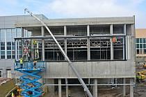 Stavba 25metrového bazénu v Pardubicích jde do finále. Řemeslníci nyní začnou montovat samotný bazén.