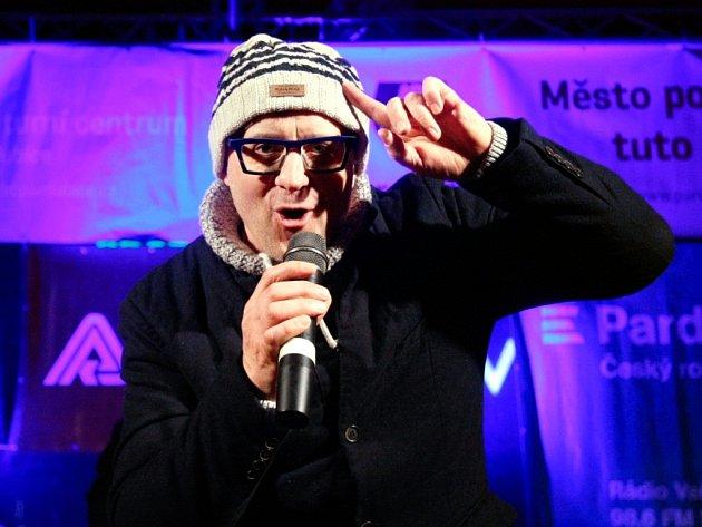 Petr Kotvald vystoupil na pardubické třídě Míru s kapelou a sborem Continuo na akci Česko zpívá koledy.