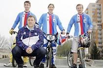 Trenér BMX René Živný (v podřepu) s reprezentanty Tomášem Mertou, Anetou Hladíkovou a Štěpánem Tumpachem. Všichni budou k vidění na víkendovém mistrovství v Pardubicích.