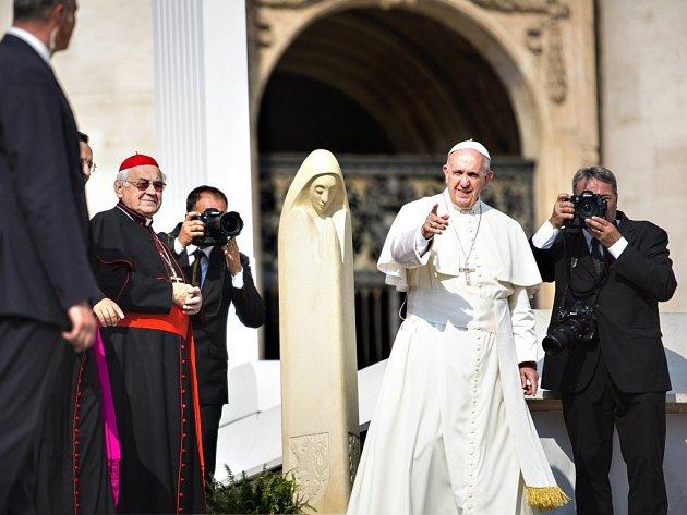Papež František měl při sobotní generální audienci na náměstí svatého Petra v Římě po svém boku nejen unikátní dar v podobě sochy Svaté Anežky České, ale také českého kardinála Miloslava Vlka (na snímku vlevo).