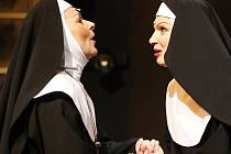 Dagmar Novotná a Martina Sikorová v muzikálu Jeptišky. Obě pardubické herečky jsou nominovány na cenu Thálie.