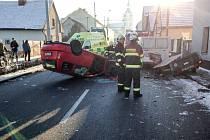 Lázně Bohdaneč. Po nehodě v Šípkově ulici skončil automobil na střeše. Řidiče zřejmě oslnilo slunce a přehlédl zaparkovanou dodávku.