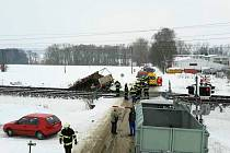 Rychlík na železničním přejezdu smetl nákladní automobil. Posádka z něj stihla vyskočit.