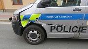 Řidič bagru si nedal pozor a rozpáral auto pardubických dopravních policistů.
