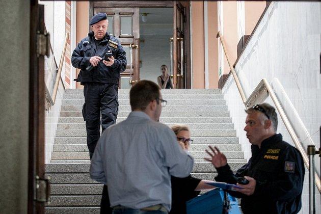 Police vPardubicích vyklízí úřady magistrátu a krajského úřadu, kde anonym nahlásil bombu.