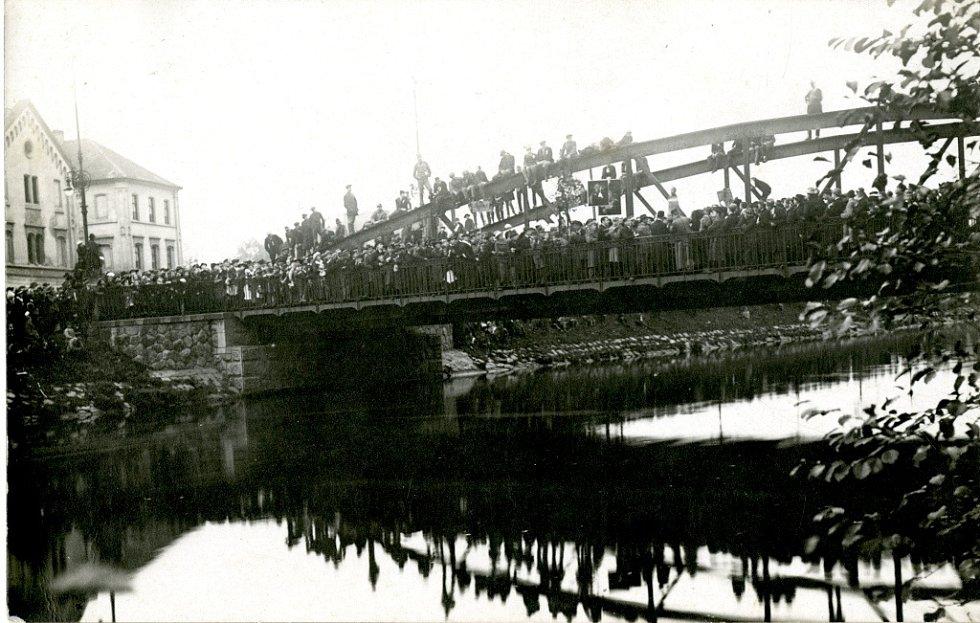 Pohřeb Rakouska - Uherska. Z mostu přes Chrudimku putovaly obrazy mocnáře do vody.