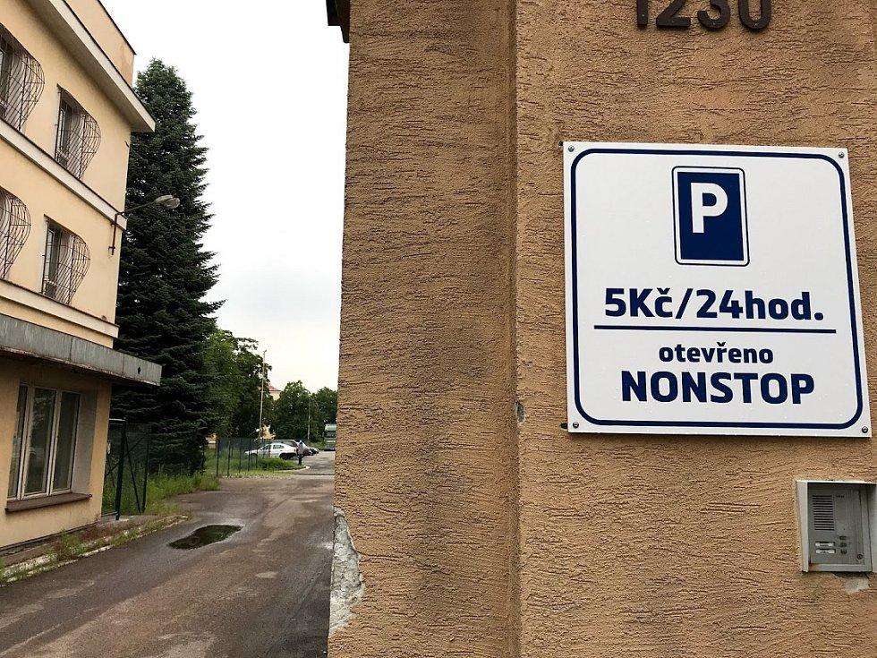 Auta na záchytném parkovišti v Masarykových kasárnách přibývají, přesto je plocha z mnohem větší části prázdná.