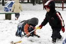 Sníh. Pro děti v MŠ Odborářů v Pardubicích to byla hlavně radost.