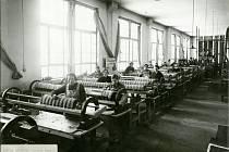 Dělnice montující ústředny pro Rotary panel, 1932.