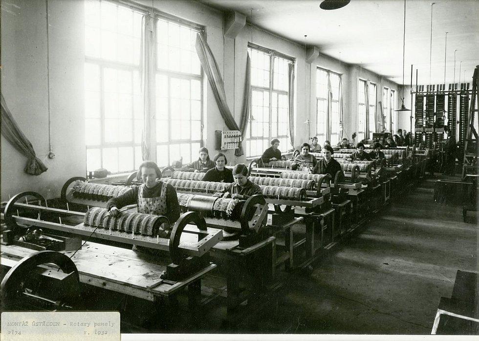 Dělnice montující ústředny pro Rotary panel, 1932 Foto: Východočeské muzeum v Pardubicích