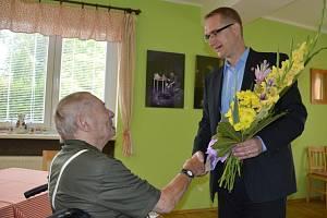 Jaromíru Bartákovi gratuloval k 102. narozeninám i krajský radní Pavel Šotola.