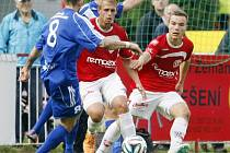 Polovina mladé pardubické obrany v akci. Ondřej Vencl (v červeném vlevo) a Jan Vondra se snaží zablokovat střílejícího hráče Frýdku-Místku.