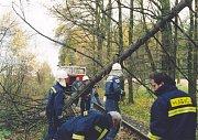 Následky vichřice, hasiči odstraňovali popadané kmeny z kolejiště