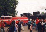 """Plnění parní lokomotivy vodou ještě s """"trambusem"""""""