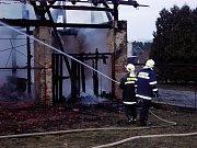 Dohašování požáru stodoly