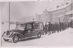 POHŘEB. Takto lidé vyprovázeli na poslední cestě majitele cukrovaru Františka Wagnera v roce 1941. Cukrovar nechal v Cholticích postavit hrabě Thun. Dne 23. března 1868 byl položen základní kámen a ještě ten rok byly spuštěny stroje. V roce 1881 Thun cukr