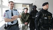 Pardubický soud rozhodl o vzetí obviněného z vraždy sedmiletého dítěte do vazby.