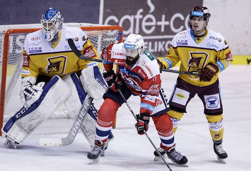 Duel Tipsport extraligy v ledním hokeji mezi HC Dynamo Pardubice (červenobílém) a HC Dukla Jihlava ( ve žlutočerném) v pardubické Tipsport areně.