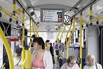 DOKONALEJŠÍ SYSTÉM. Nové trolejbusy typu Škoda 26Tr mají dokonalejší vybavení interiéru. Informační systém cestující s předstihem informuje o trase vozu. Ocení to především lidé, kteří nejsou z krajského města.