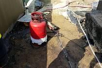 Dělníky od oběda vyrušila hořící láhev s propan butanem. Zapomněli uzavřít ventil