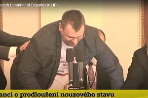 Incident ve sněmovně. Uprostřed poslanec Volný, který se snaží uchvátit předsednický pultík, vpravo poslanec Chvojka, jenž se mu v tom snaží zabránit.