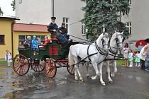 Přeloučské prvňáky vozily v první školní den kočáry tažené kladrubskými koňmi
