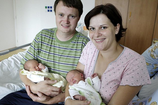 Terezka a Anička (ve žlutém) Kutinovy se narodily 26. července.