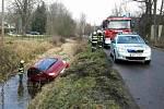 V Čisté skončilo auto po nehodě v potoce.
