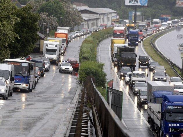 Dopravní zácpa směrem na rosický nadjezd i směrem na centrum Pardubic