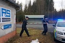 Policie v Poličce po 16 hodině rozšířila bezpečnostní zónu kolem továrny. Uzavírá i blízké komunikace.