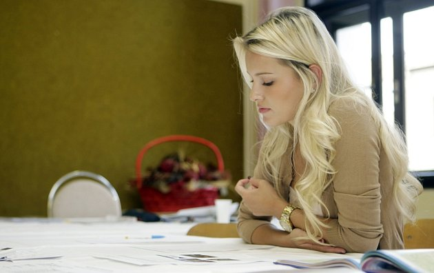 Česká Miss World 2012Linda Bartošová skládala maturitu na Anglickém gymnáziu vPardubicích