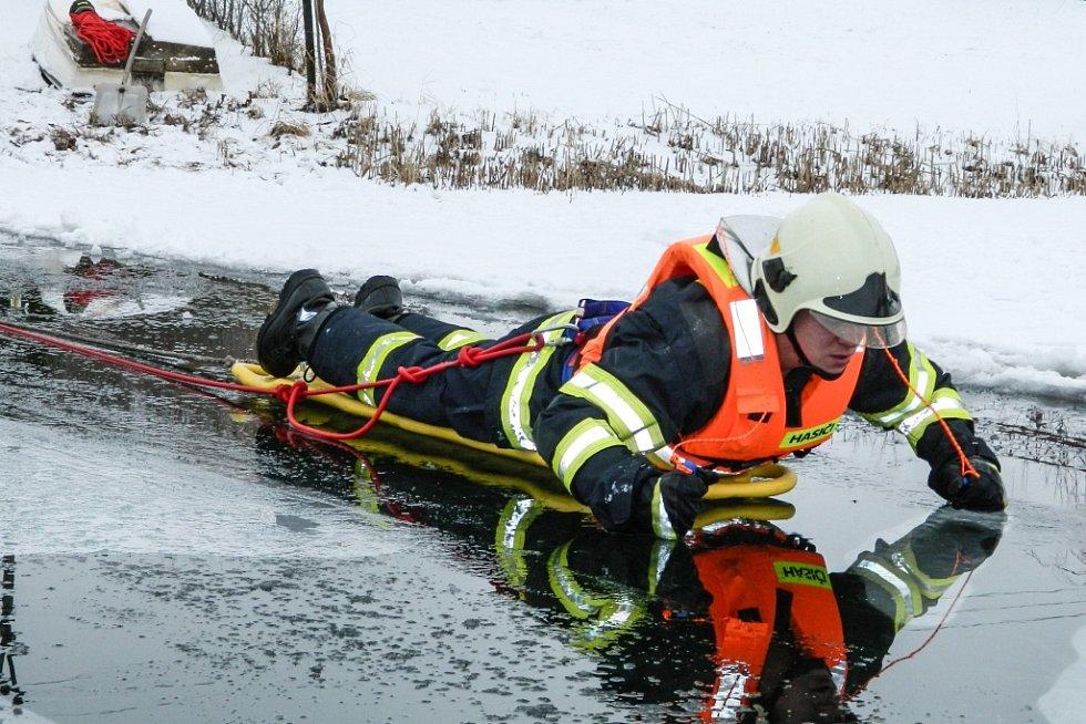Záchrana z ledu si dobrovolní hasiči z Libišan a Lázní Bohdaneč vyzkoušeli v běžné zásahové výstroji.
