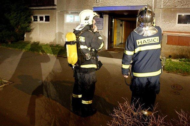 V Polabinách hořel panelák, požár si vyžádal evakuaci