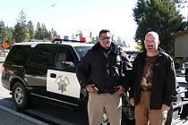 Hlídkový vůz California Highway Patrol se svým řidičem.