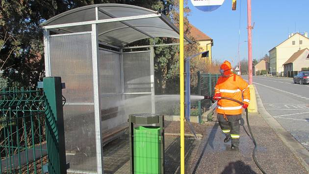 Zastávky dezinfikují i hasiči v Holicích.
