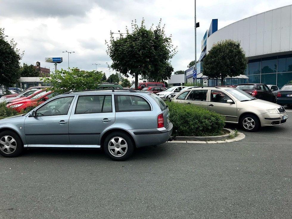 Parkoviště u obchodních domů u nádraží jsou plná, řidiči parkují i mimo vyznačená stání.