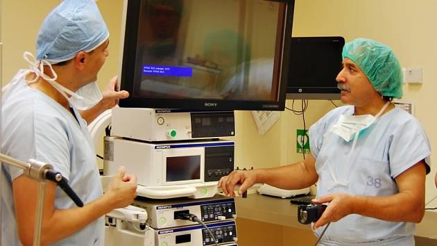 Primář urologie Pardubické nemocnice Abdulbaset Hafuda (vpravo) u nové laparoskopicko-endoskopické věže