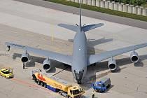 KC 135 Stratotanker je letoun Boeing 707 přestavěný pro potřeby amerického letectva a užívaný letectvem států NATO. Až do soboty jeden z nich operuje z pardubického letiště. Účastní se zde vojenského cvičení i výcviku našich pilotů.