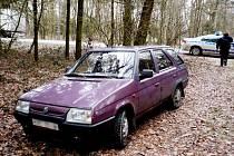 Bukovka. Bohdanečtí strážníci objevili v lese ukradené auto. Zatímco tohle zloděj jen ukradl, vykradl a nepoškozené v lese odstavil...
