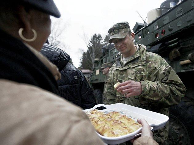 Spanilá jízda východem Čech. Američtí vojáci přilákali do Pardubic tisícovky lidí. Zástupy zvědavců nebraly konce navzdory deštivému počasí. Vojáky lidé hostili pivem i buchtami.