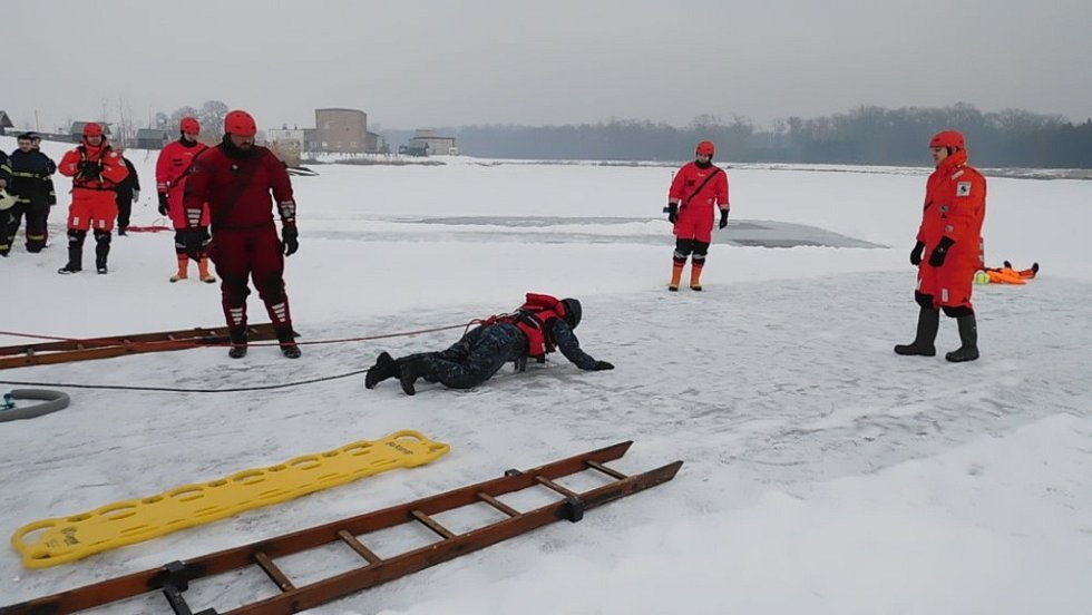 Do ledové vody se na kurzu záchrany tonohoucího vrahli všichni oblečení tak, jak byli.