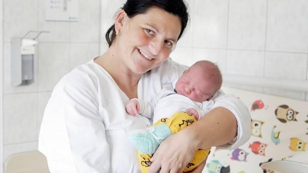 VILÉM PORKERT se narodil 25. září ve 22 hodin a 50 minut. Měřil 52 centimetrů a vážil 4040 gramů. Maminku Terezu podpořil u porodu tatínek David. Doma v Pardubicích na nového sourozence čeká dvouletý Kamil.