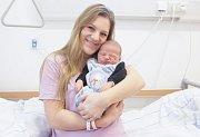 TADEÁŠ HOUDEK se narodil 13. března v 19 hodin a 8 minut. Měřil 53 centimetrů a vážil 4300 gramů. Maminku Michaelu podpořil u porodu tatínek Michal. Doma v Pardubicích na nového sourozence čeká tříletá Nikola.