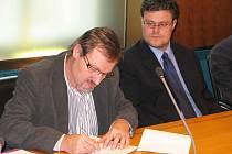 SLIBUJEME SLÍBENÉ. Ředitel orlickoústecké nemocnice Jiří Řezníček (vlevo) a Martin Šácha, který nyní vede pardubickou nemocnici, podepisují dohodu garantující naplnění memoranda, na kterém se shodla vláda s odboráři, v Pardubickém kraji.